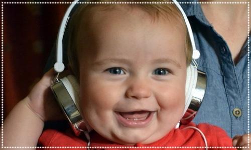 Sage baby sinfonia. Baby in headphones