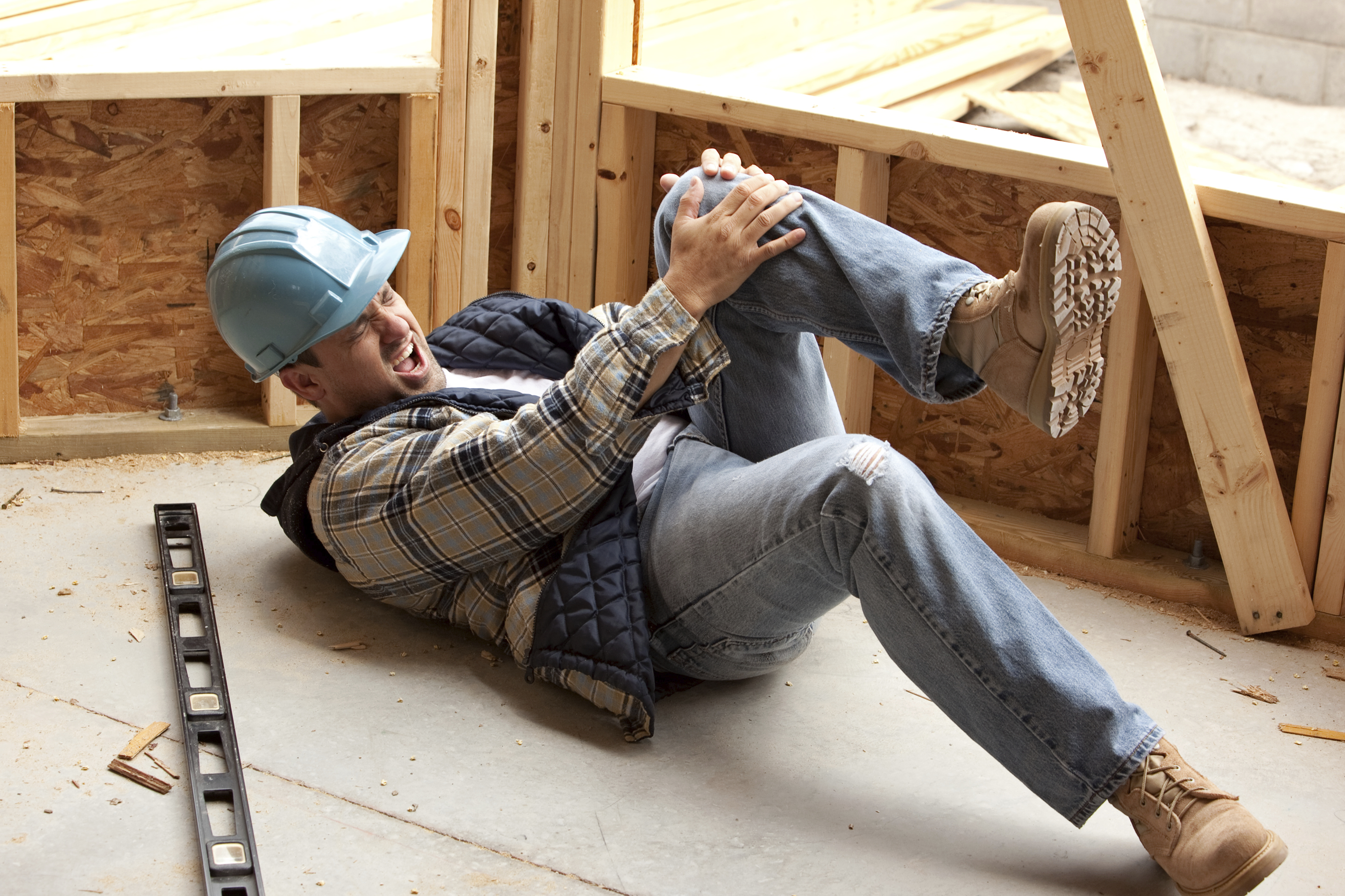 Builder on floor with pain in leg