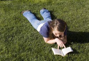 lezen in het gras
