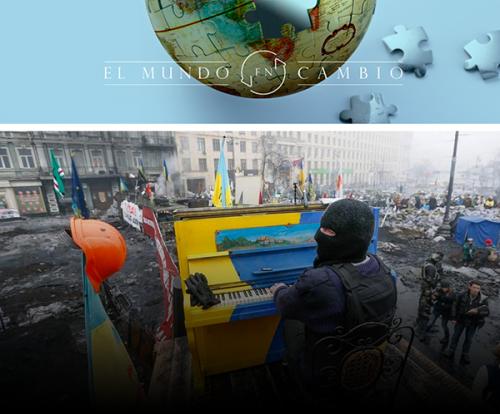 Un pianista encapuchado toca el piano en medio de las barricadas