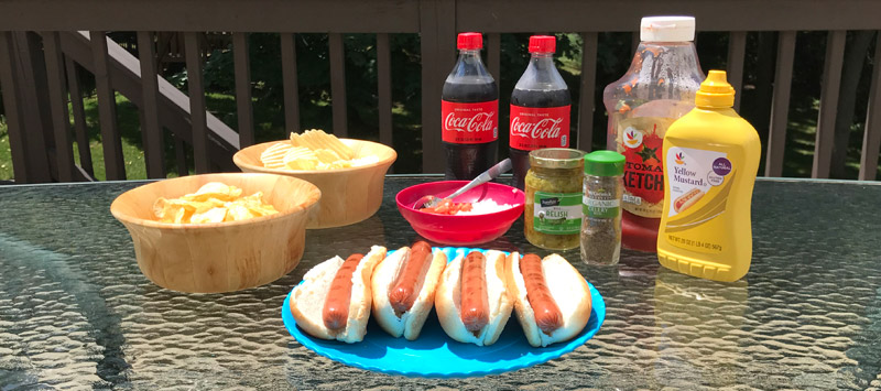 A hot dog lunch