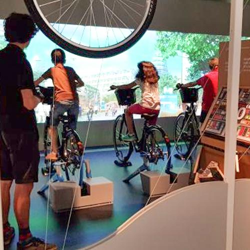 kinderen fietsen op de tentoonstelling 'belexpo'