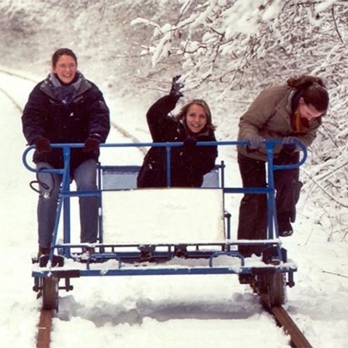 3 mensen op de railbike van Les draisines de la Moligne