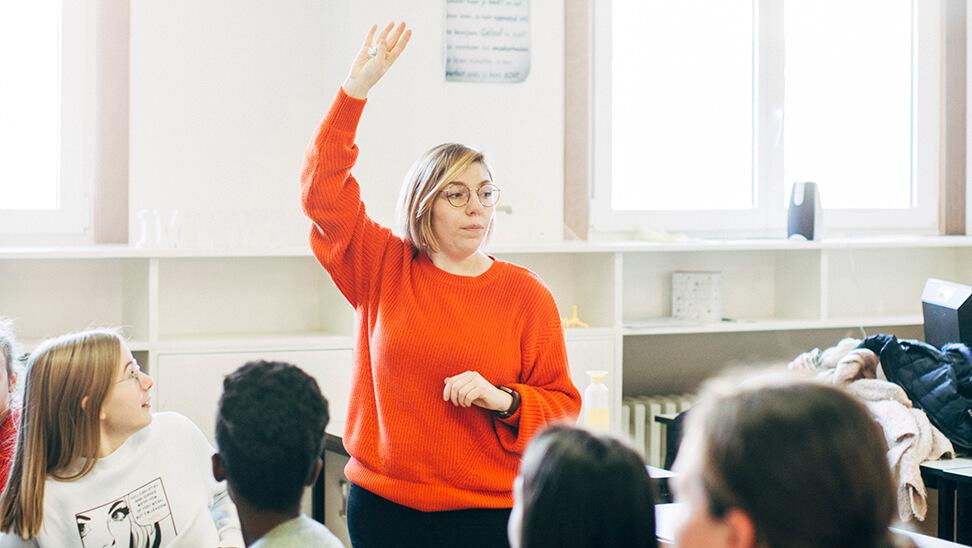 Leraar Josfien vangt de aandacht van haar leerlingen.