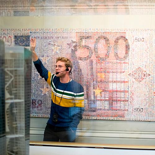 gids Ferre in het museum van de Nationale bank in Brussel