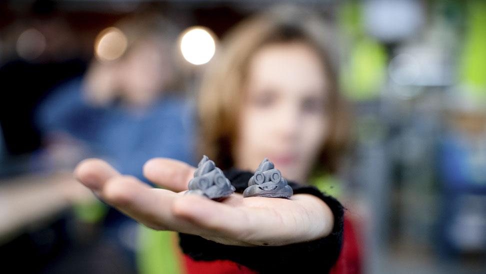 De leerlingen printen kakjes in 3D!