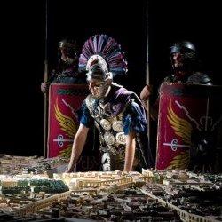Romeinse soldaat bij maquette van het Oude Rome