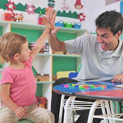 leraar geeft high five aan leerling