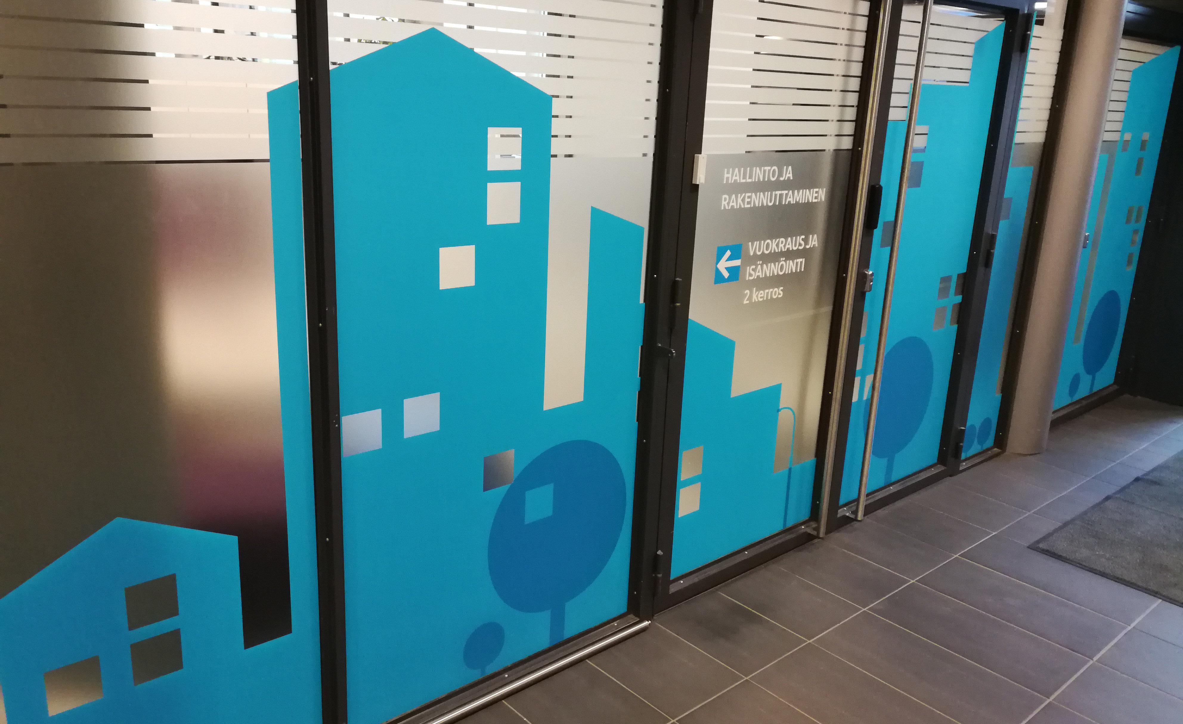 A-Kruunu sai uudet näyttävät teippaukset toimitilojen lasiseiniin.
