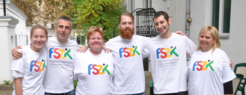 A csapattagok posztolnak FSZK polóval