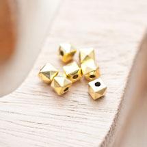 Perle en métal Cube 5.5mm Pyramide Doré vieilli