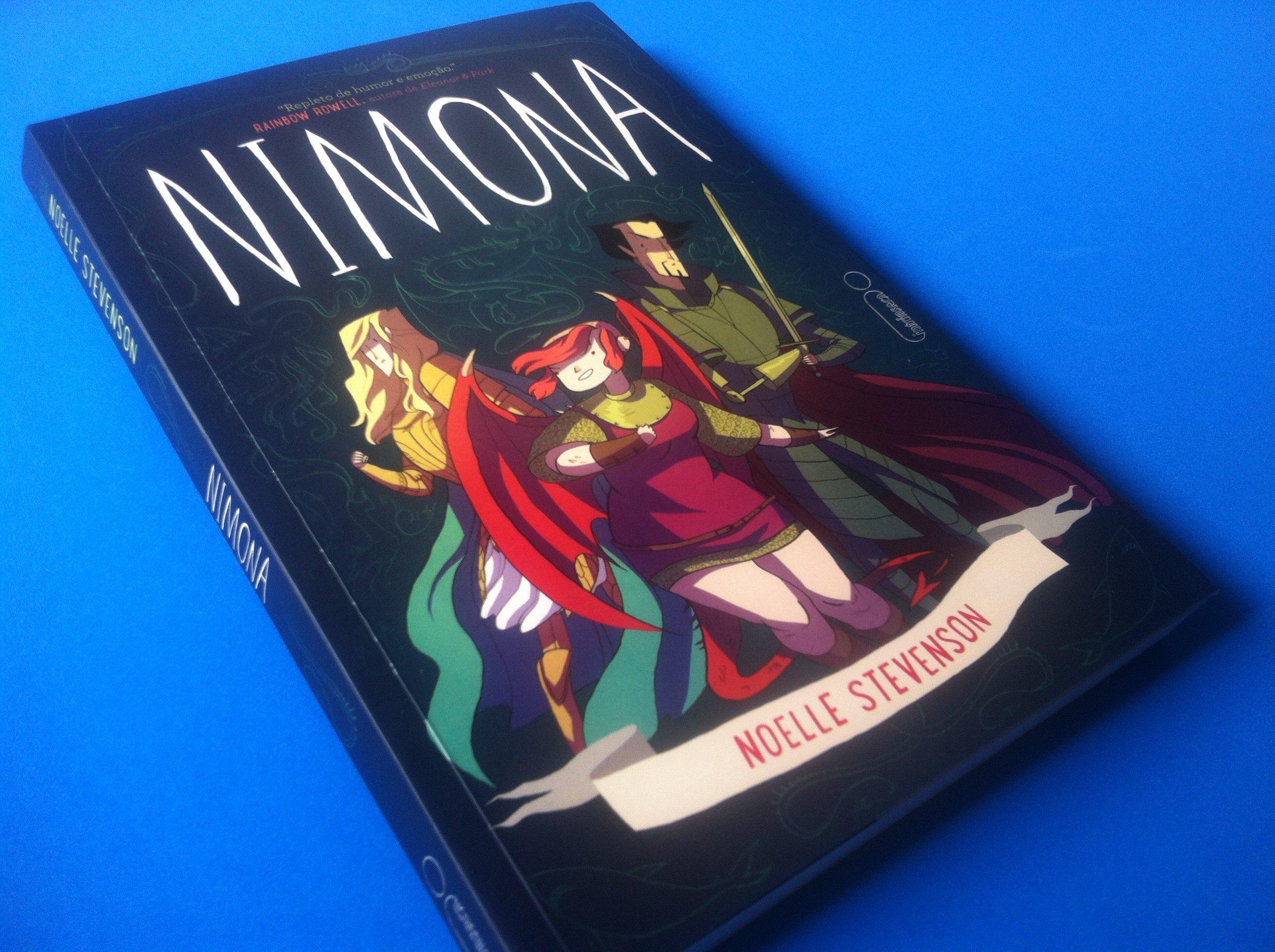 Imagem da capa do livro Nimona, com a personagem no centro (com asas de dragão), o vilão Ballister e o herói Ouropelvis