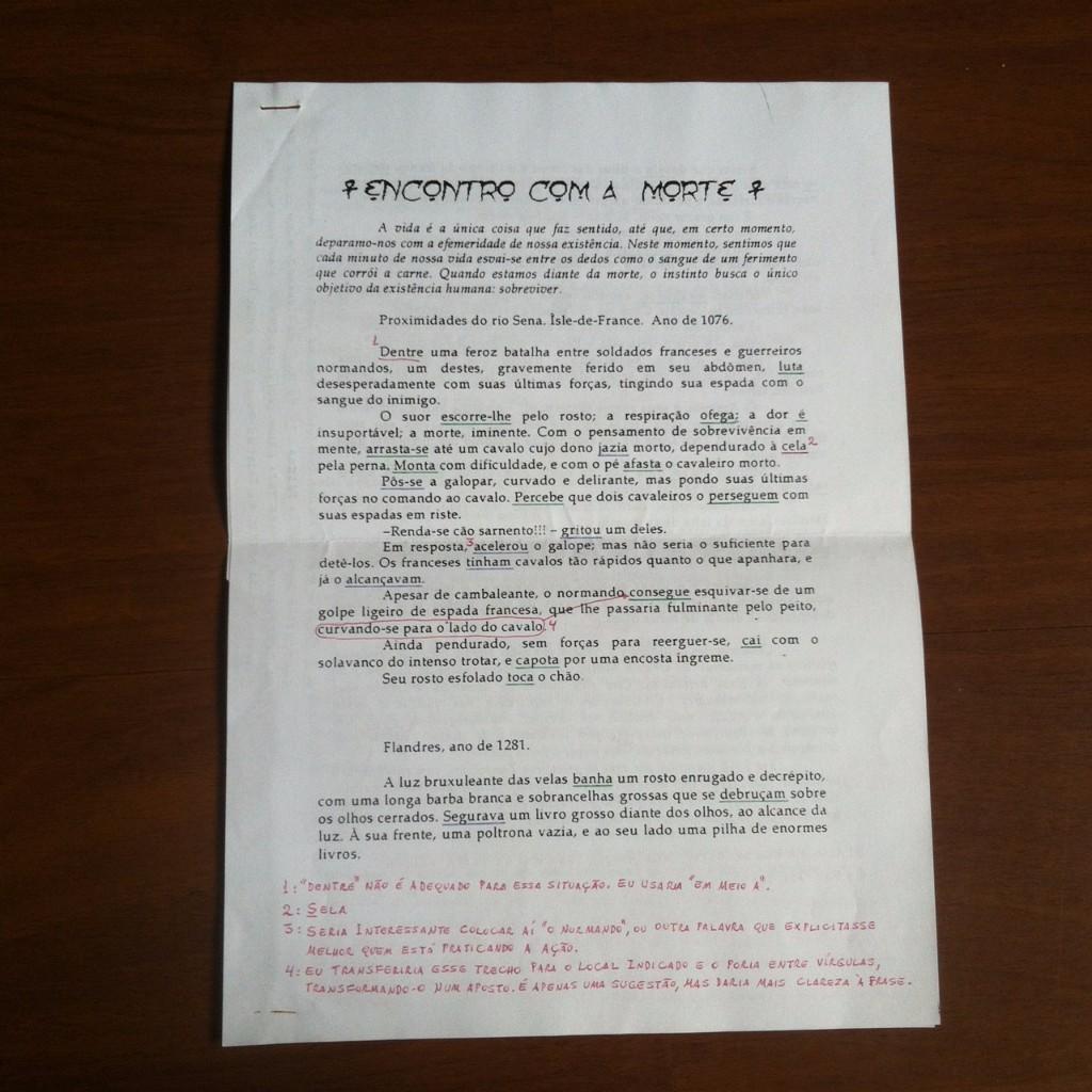 """Página impressa com o conto """"Encontro com a Morte"""" e várias anotações a caneta"""