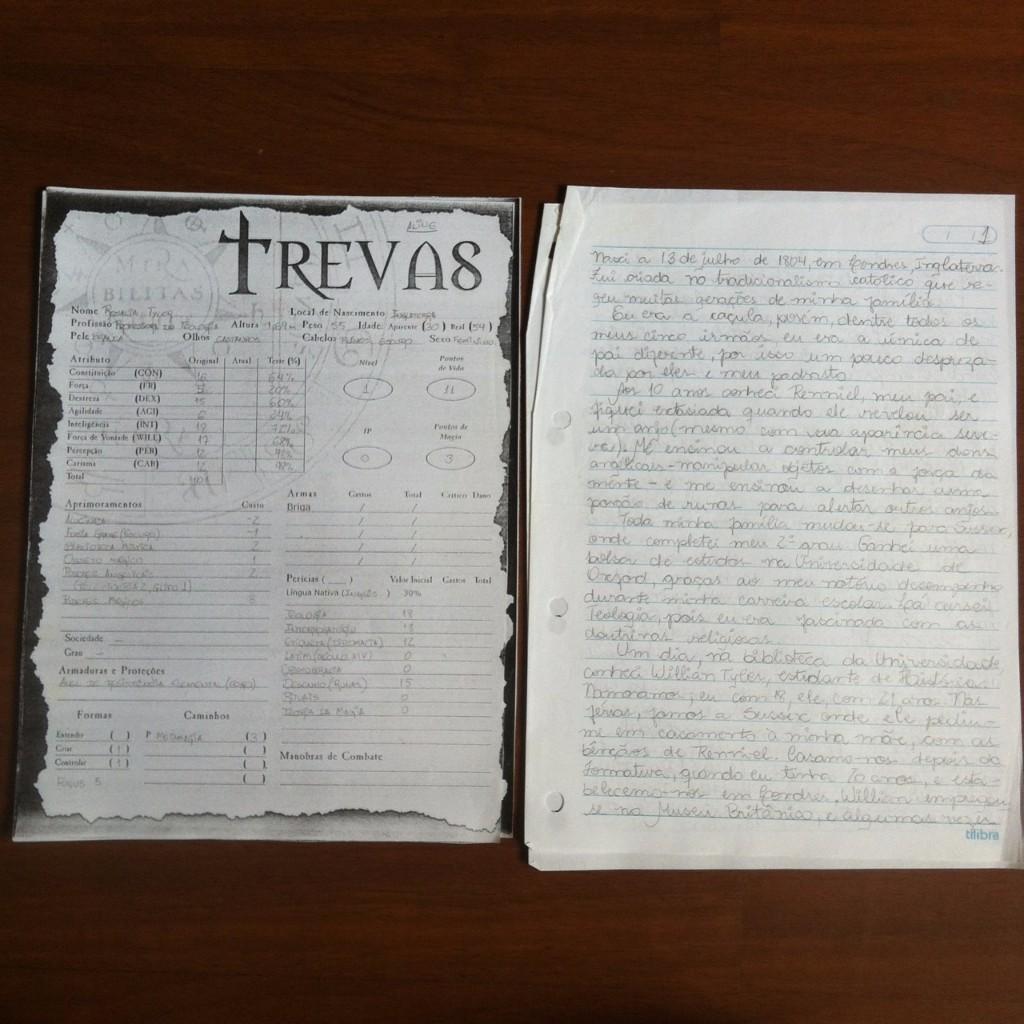 """À esquerda, uma ficha de personagem do jogo """"Trevas"""", à direita folhas escritas a lápis com a história da personagem"""