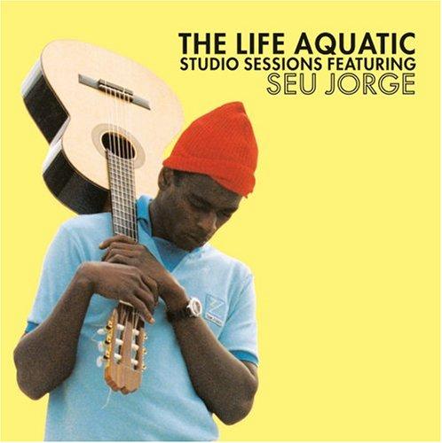 Capa do álbum The Life Aquatic Studio Sessions, com Seu Jorge segurando um violão e vestindo a roupa azul e touca vermelha do Time Zissou