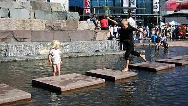 Barn leker på Asker torv (foto: Vibeke Glosli)..
