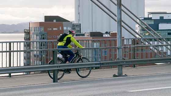 Syklist på bro i Stavanger