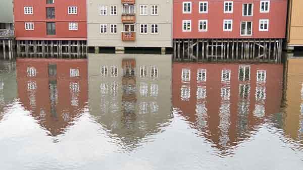 Bygninger langs Nidelven