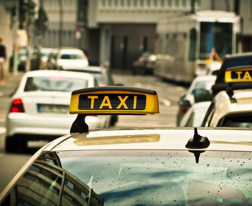 https://pixabay.com/de/taxi-auto-stra%C3%9Fe-fahren-schild-1515420/