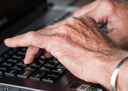 https://pixabay.com/de/h%C3%A4nde-alte-eingabe-laptop-internet-545394/