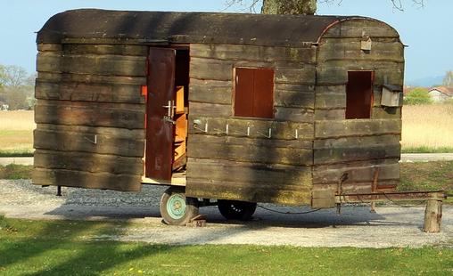 https://pixabay.com/de/wohnwagen-holz-camping-wohnen-alt-325418/