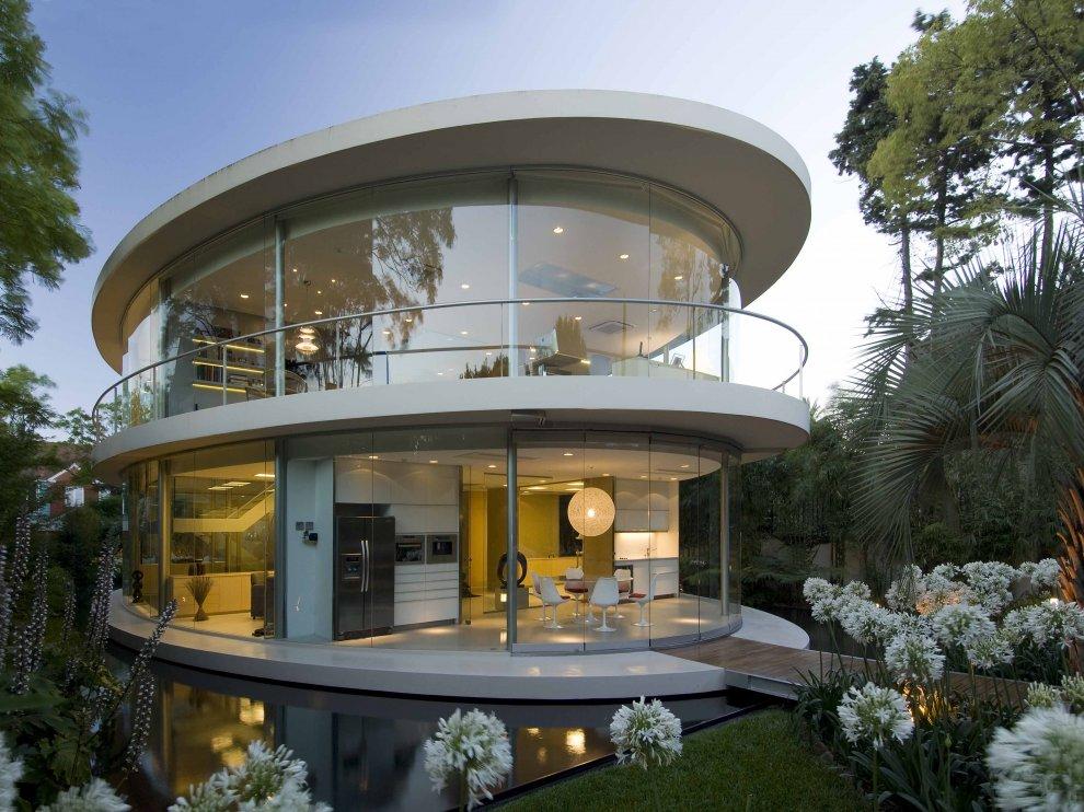 Stakleni Klizni Zidovi kao fasada za kuću u obliku elipse