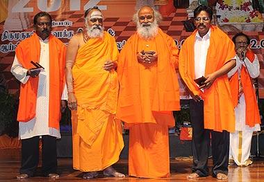 தவத்திரு ஸ்வாமிகள் இசை வித்வான்களுக்கு சிறப்பு செய்கிறார்