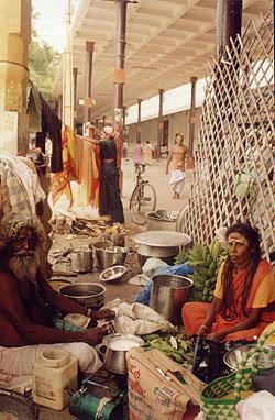 Muttu Irulaayi Ammaiyar and her guru at Tiruchendur