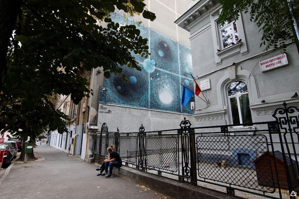 Un-hidden Bucharest street art intervention iZZY iZVNE @ Facultatea de Sociologie și Asistență Socială