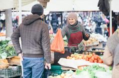 Commerçante sur un marché en tenue d'hiver