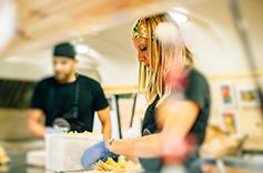 Cuisine avec gants dans un foodtruck