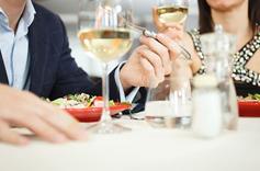 Homme et femme à une table en train de manger