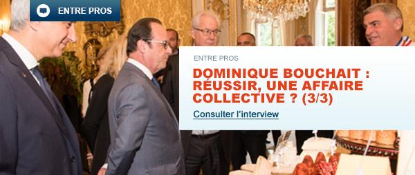 M. François Hollande entouré d'hommes en costume, se tenant face à M. Bouchait dans une salle de réception