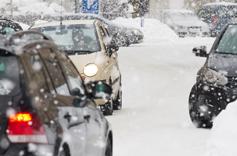 Voitures en conduite sur neige