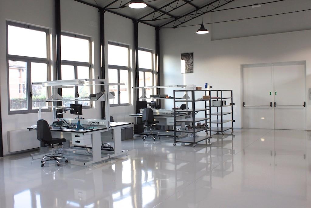 Area produzione pavimentata con resina epossidica elettroconduttiva (Area EPA)