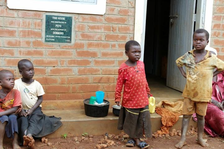 Kleinkinderen van Sanura voor nieuwe huis