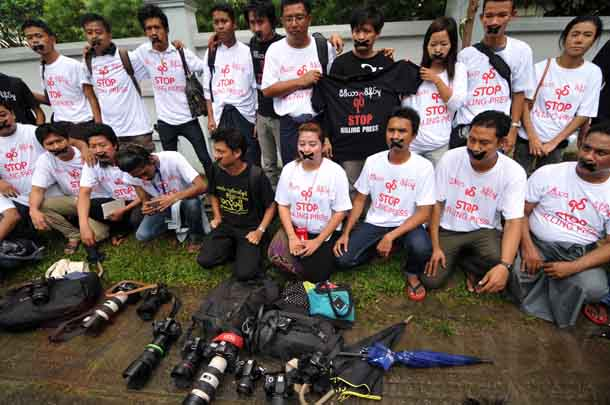Journalists in Rangoon stage a protest over the jaiiing of the Unity journalists. (Photo: Sai Zaw / The Irrawaddy)