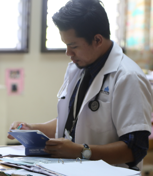A medical officer enrolling a patient at Sibu Hospital (PC: Jim Rogalski)