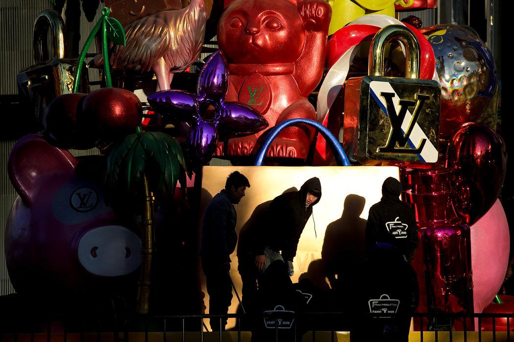 週五,工作人員正在北京一家路易威登專賣店注册鹿鼎外面布置聖誕裝飾。