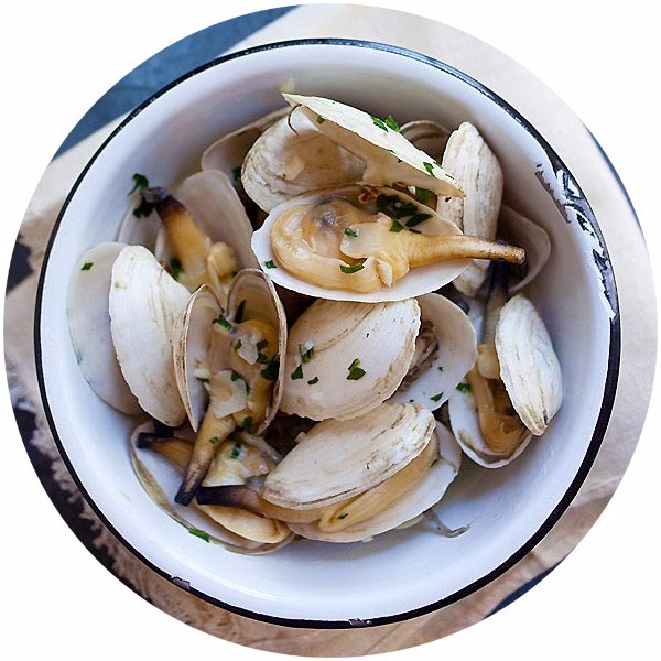 Garlic Butter Steamers - New England steamers (soft shell clams) with garlic herb butter. A 15-min recipe that is easy and delicious | rasamalaysia.com
