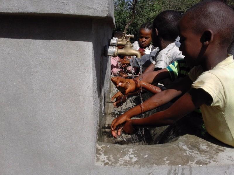 La escuela tiene grifos de agua potable