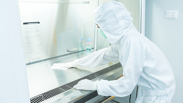 The Process of Cleaning a Laminar Airflow Hood