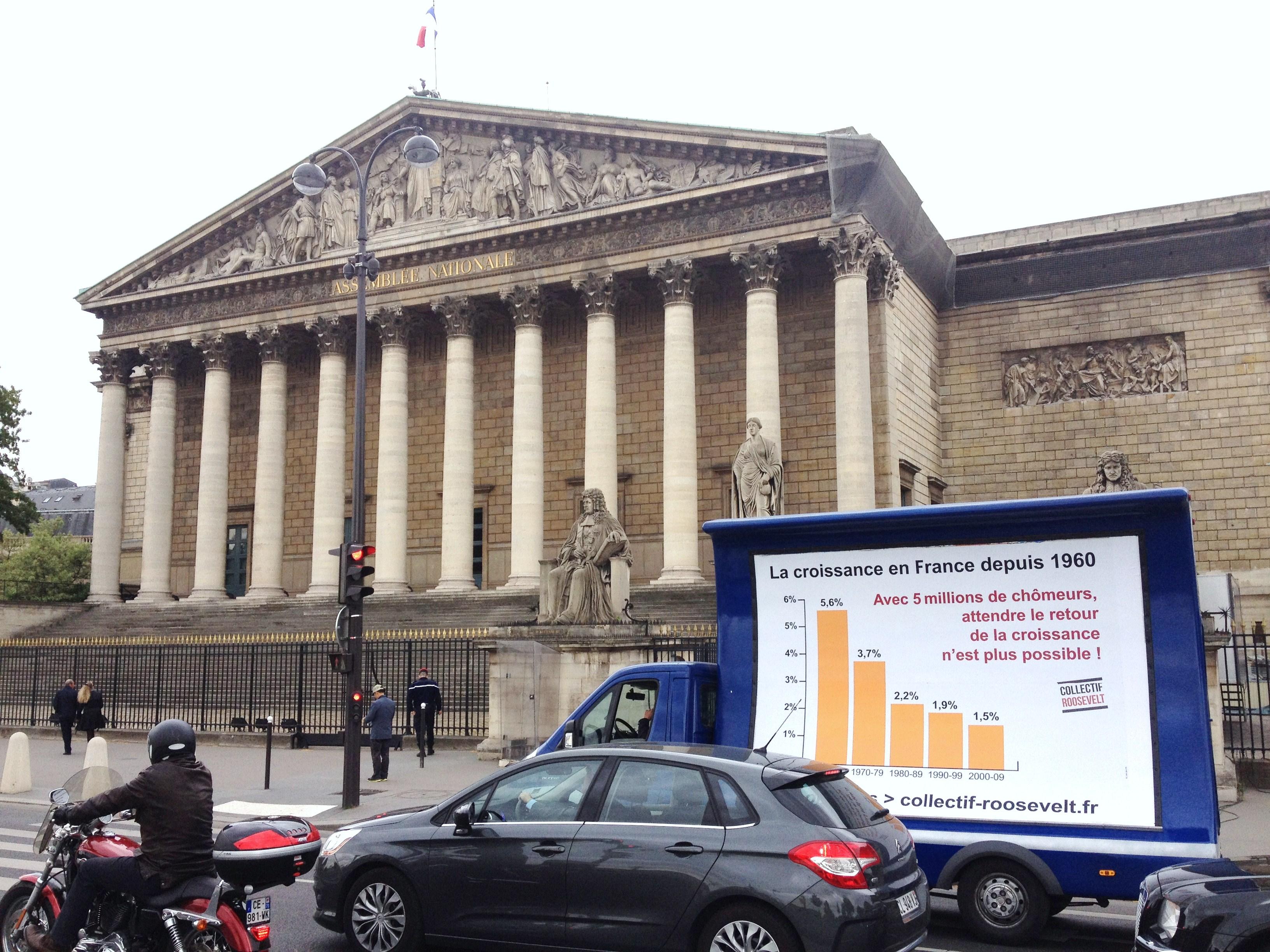 Camion publicitaire sur la croissance en France devant l'Assemblée nationale