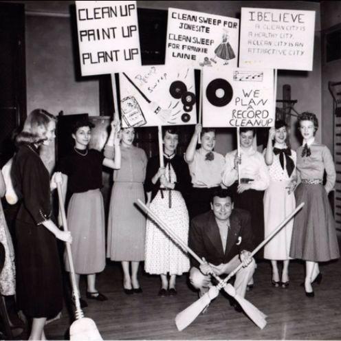 1954 Jones students with Frankie Laine
