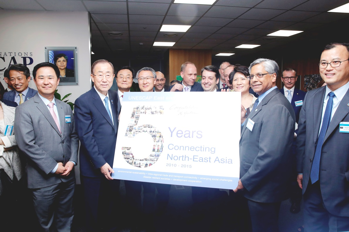 """UN Secretary-General Ban Ki-moon signs the ENEA Office's 5th anniversary poster titled """"5 Years Connecting North-East Asia""""."""