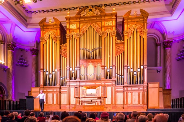 Martin Setchell acknowledging the audience in the Adelaide Town Hall