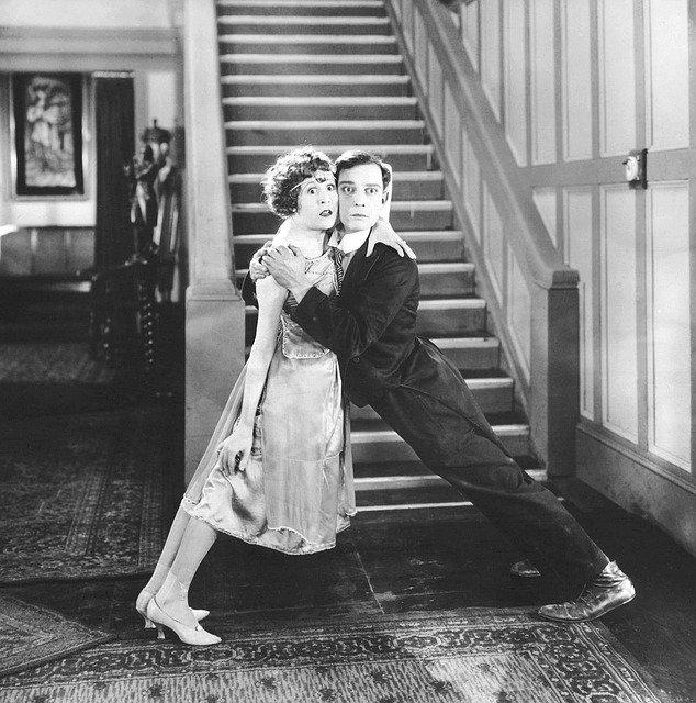 Een zwart-witfoto van een filmscène met Buster Keaton