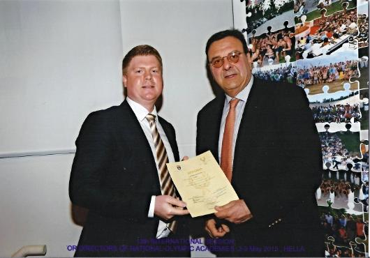 Direktor Tobias Knoch (links) bei der Urkundenübergabe