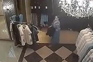 فيديو:إمرأه تسرق ملابس و تخفيها بمكان غريب في تنورتها!