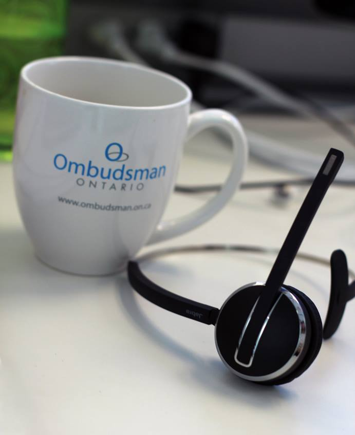 Image d'une tasse Ombudsman et un casque téléphonique